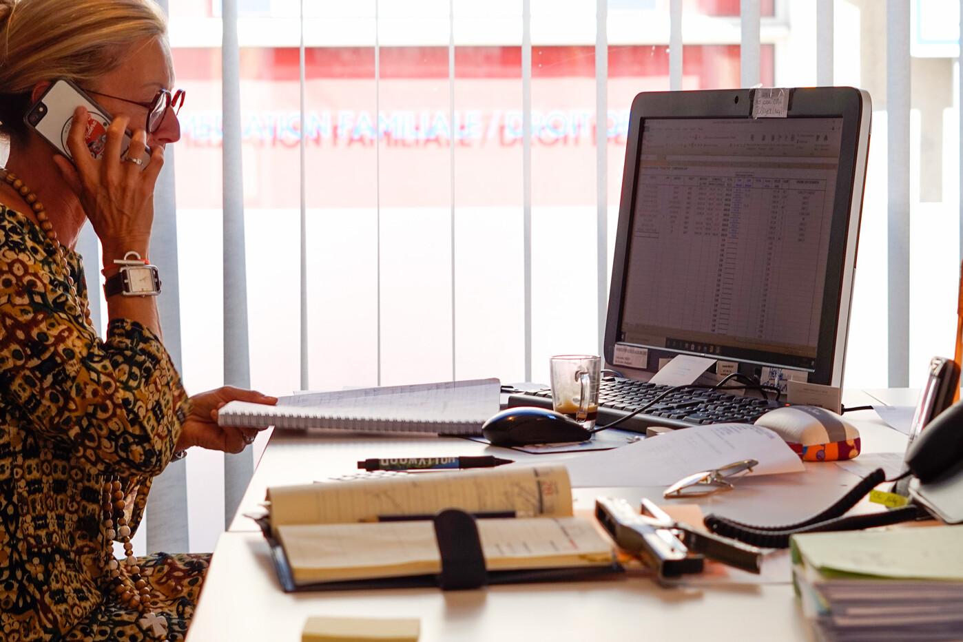 Corinne en action au bureau, Cabinet-Boyer services financiers Royan